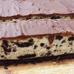 Oreo Cheesecake Bars (cookies & cream!)