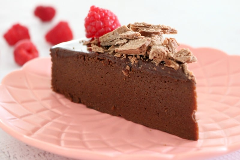 Super Easy Flourless Chocolate Cake with Chocolate Ganache