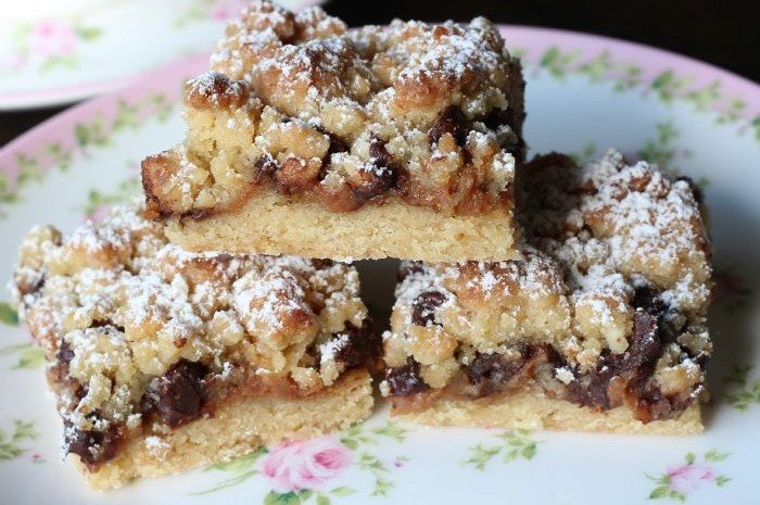 Salted-Caramel-Chocolate-Chip-Crumble-slice