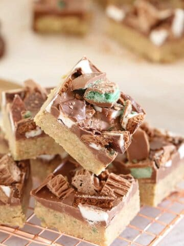 The BEST no-bake Mint Chocolate Slice ever!!! A simple biscuit base topped with milk chocolate and decorated with all your favourite peppermint chocolates!