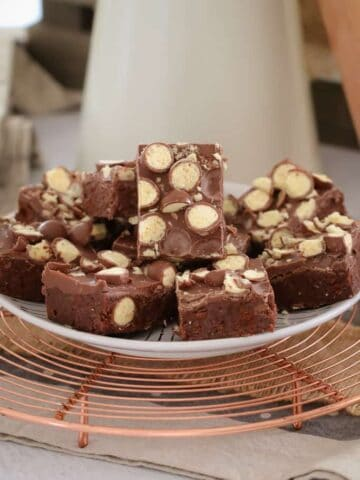 This 10 minute no-bakeCaramello, Malteser & Chocolate Ripple Slice recipe is the BEST! Super easy and totally delicious!