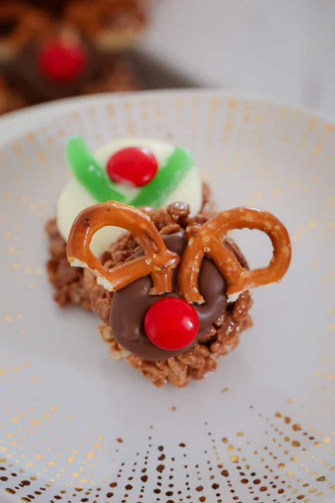 These Mars Bar Chocolate Christmas Crackles can be made into cute little reindeers or Christmas puddings... in less than 10 minutes! The perfect end of year class party treat...