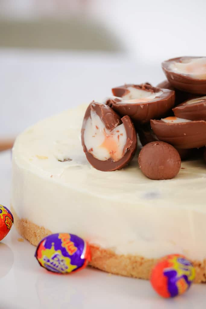 A white chocolate and Cadbury Creme Egg Cheesecake that's perfect for any chocoholic! Completely no-bake, super simple to make and totally delicious!!