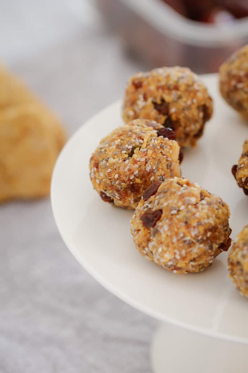 These Healthy Weet-Bix Balls with medjool dates, honey, coconut, chia seeds and sultanas are super easy to make and take only 10 minutes to prepare.
