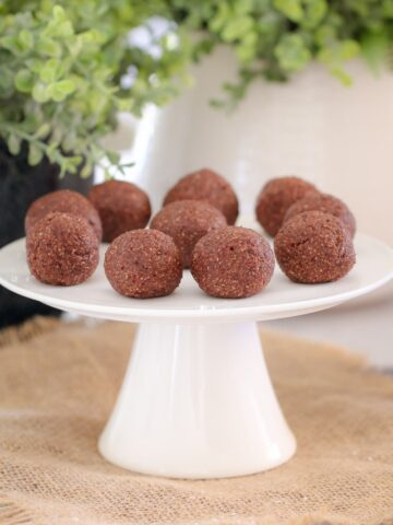These Chocolate Mint Bliss Balls are the perfect healthy and guilt-free treat! Just 10 minutes prep time, freezer-friendly.... and totally delicious! What more could you want!?