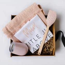 Introducing the stylish 'Mum Hamper'... a unique and gorgeous gift for your Mum! A stunning box filled with a linen apron, stainless steel wine tumbler, pastel spatula and our designer 'Mum' tea towel.Available in pink or blue/grey.