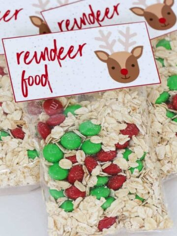 Reindeer Food gift bags make the perfect Christmas present for kindy and school friends! Simply mix oats with red and green M&Ms in a clear gift bag and attach our free printable label... then sprinkle the magic 'reindeer food' outside on Christmas Eve for Rudolph and his reindeer friends.