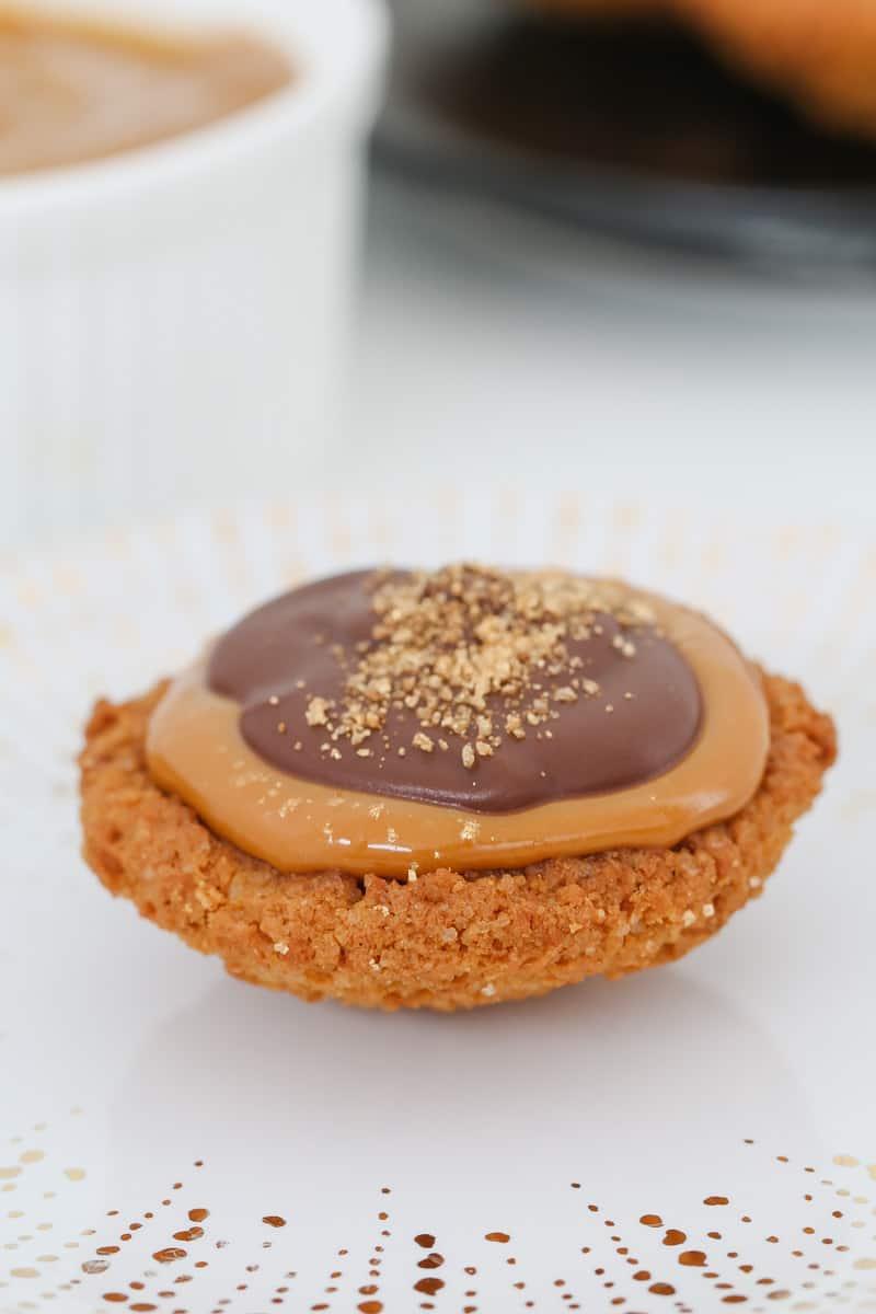 Caramel biscuit tarts.