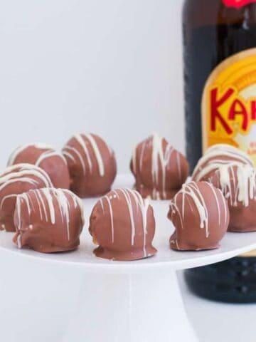 Boozy no-bake Kahlua Cheesecake Balls make a rich and creamydessert, cheeky late night treat or simple Christmas recipe!